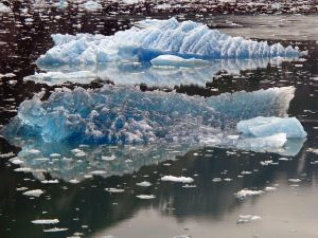 シンガポール級の巨大氷山が南極海を漂流 航路に危険も
