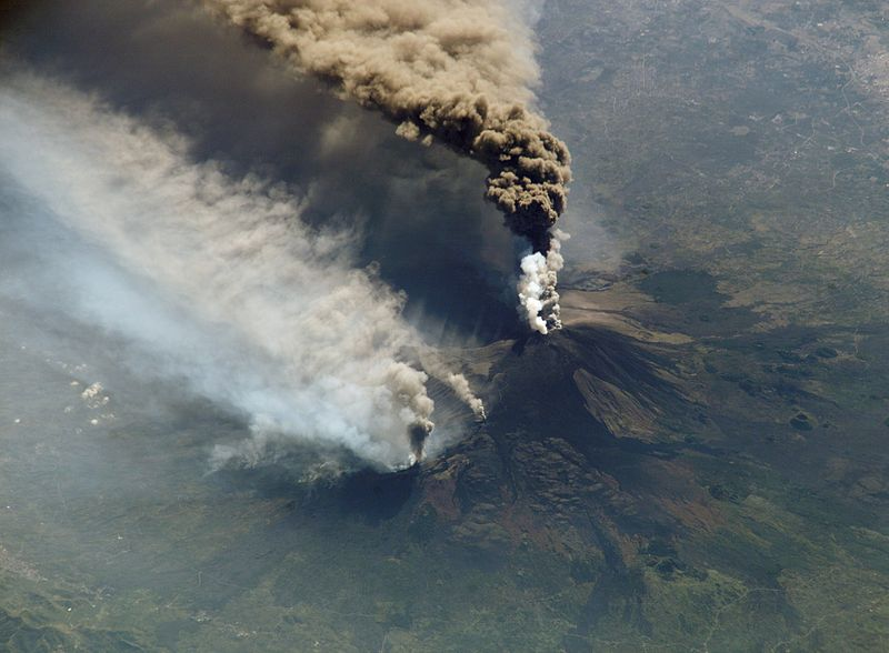 イタリアのシチリア島エトナ火山、活発化 昨晩新たな噴火口が出現