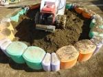 砂場の周りを掘りつつ、砂場清掃篩機で異物を除去